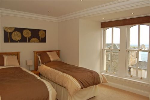 Twin bedroom (ensuite, harbour views)