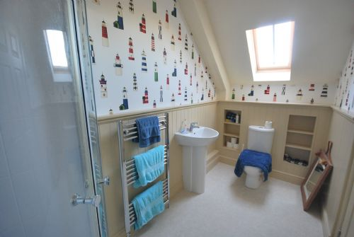 Jack and Jill bathroom (can be accessed from each bedroom to form ensuite)