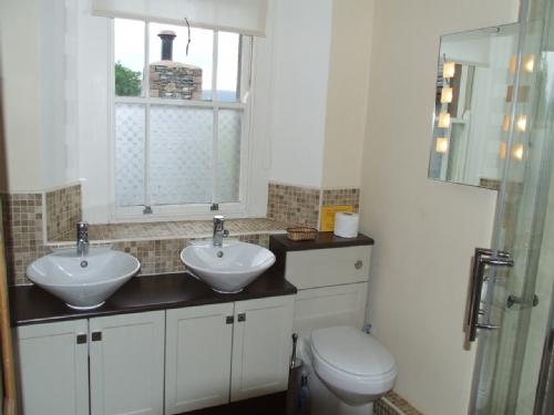Greenbank Farmhouse, En-Suite Bathroom, Lakes Cottage Holidays