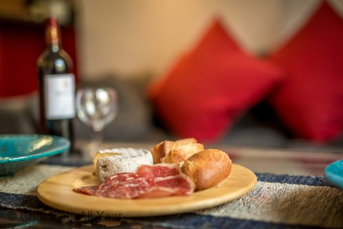 Enjoy local savoyard delicacies with friends in the spacious living area