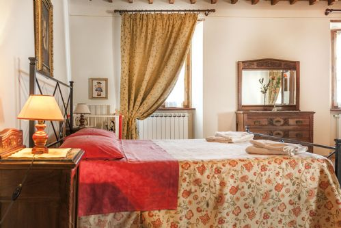 BEdrooms, extra large throughout the villa Nightingale Tuscany,