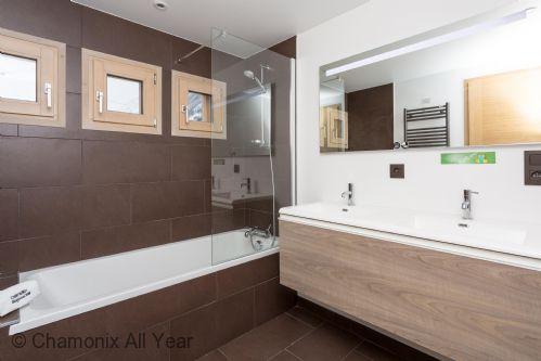 Shared family bathroom on lower ground floor