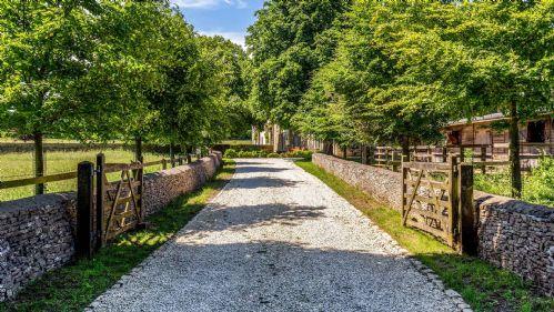 Ben's Barn Driveway - StayCotswold