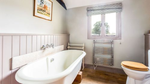 Marsh Farm Barn Bathroom - StayCotswold