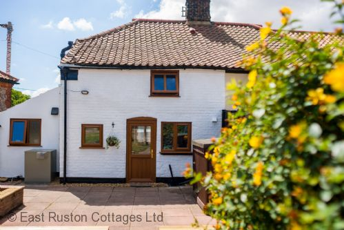 Upfront,up,front,reviews,accommodation,self,catering,rental,holiday,homes,cottages,feedback,information,genuine,trust,worthy,trustworthy,supercontrol,system,guests,customers,verified,exclusive,1 chapel cottage,east ruston cottages ltd,lessingham,,image,of,photo,picture,view