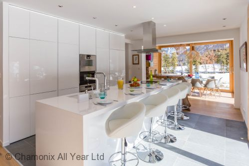 Conveniently positioned kitchen between the living & dining areas