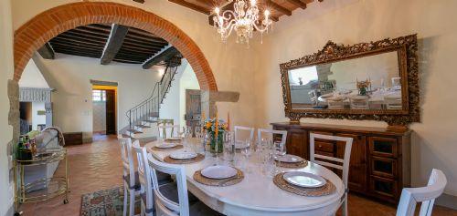 LArge family dining room adjacent to kitcehn
