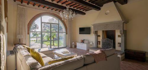 Bright sitting room, large TV