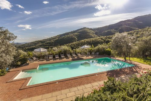 Pool with the countryside backdrop to enjoy