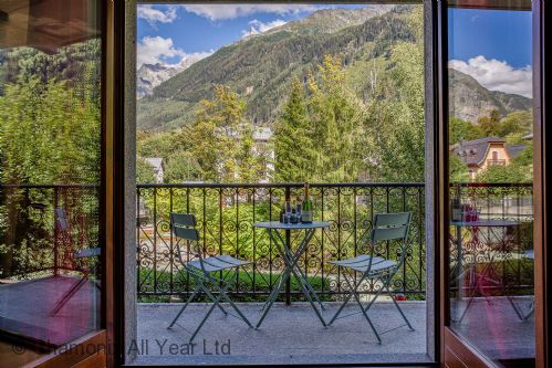 Balcony with Mountain views