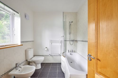 Seaview Apartment Bathroom