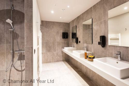 Additional showers and sinks in the spa