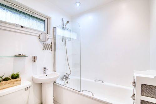 Ben More Cabin Bathroom