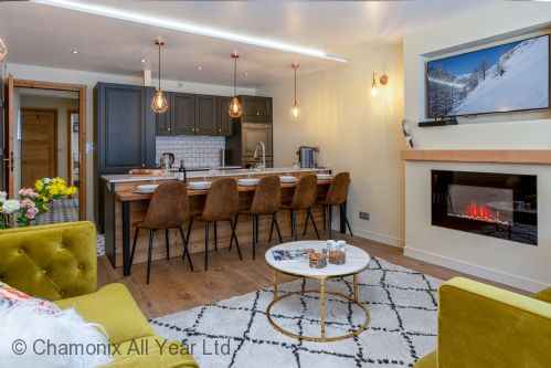 Open plan dining area off lounge with seating for 6
