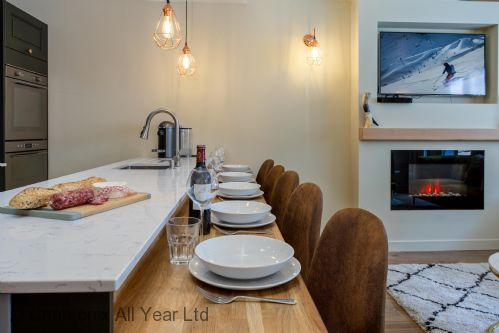 Fully equipped kitchen with breakfast bar seating for 6