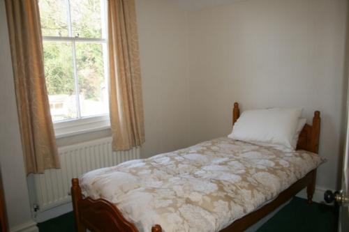Riverdale, bedroom, Lakes Cottage Holidays