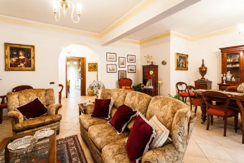 Upfront,up,front,reviews,accommodation,self,catering,rental,holiday,homes,cottages,feedback,information,genuine,trust,worthy,trustworthy,supercontrol,system,guests,customers,verified,exclusive,casa flora,rentals in italy srl,sorrento,,image,of,photo,picture,view