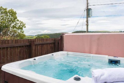 Upfront,up,front,reviews,accommodation,self,catering,rental,holiday,homes,cottages,feedback,information,genuine,trust,worthy,trustworthy,supercontrol,system,guests,customers,verified,exclusive,keepers lodge with hot tub,solid luxury ,forgandenny,,image,of,photo,picture,view