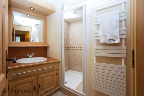 Second en-suite bathroom with shower