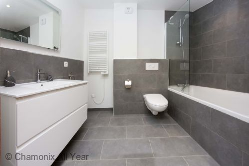Second ensuite with bath