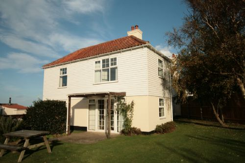 Flagstaff West is a beautiful self catering cottage at Burnham Overy Staithe in Norfolkwith views over to the sea