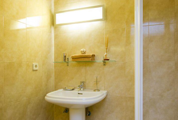 Guest bedroom en-suite with shower