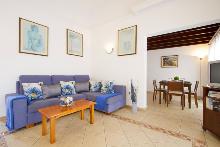 Casa Morgana's lounge with seating and table in Playa Blanca