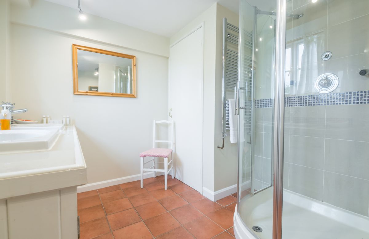 Ground floor: Bathroom with free-standing power shower