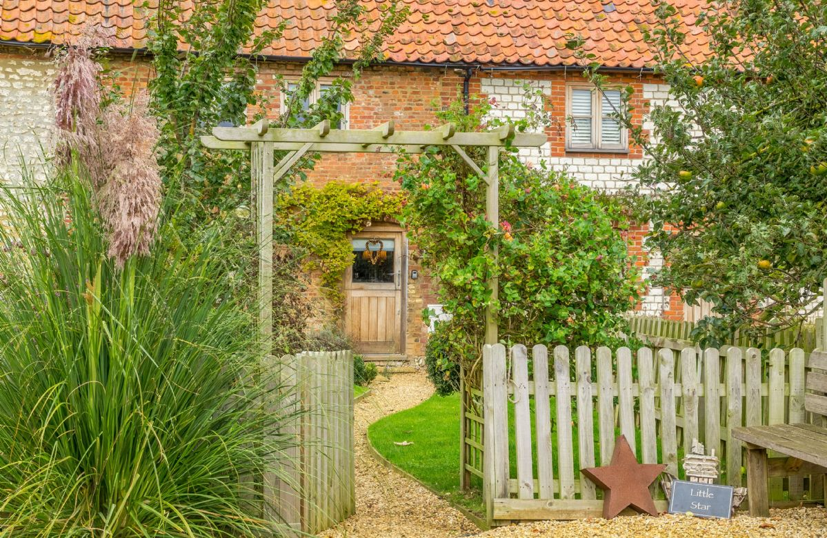 Little Star is a traditional Norfolk flint terraced cottage