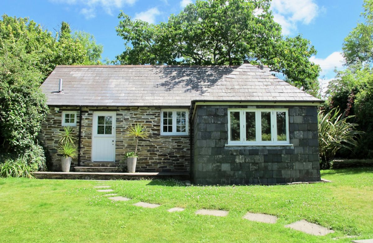 Owl House with accommodation for two guests is an ideal holiday location situated in the quiet hamlet of Treneague in Cornwall