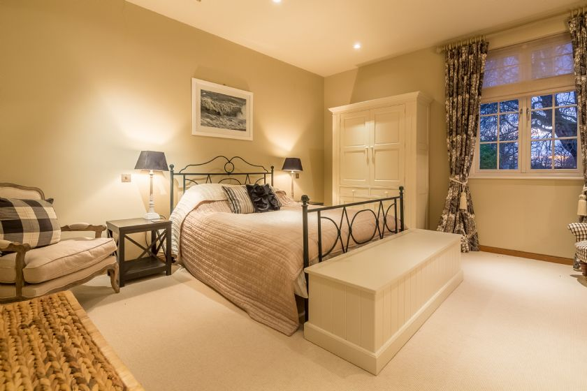 Ground floor: Master bedroom with 5' king-size bed and en-suite bathroom