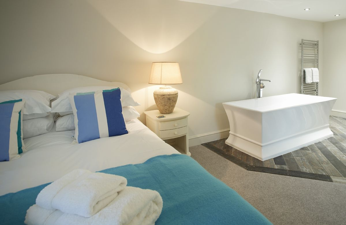First floor: Master bedroom with 5' king-size bed and en-suite facilities