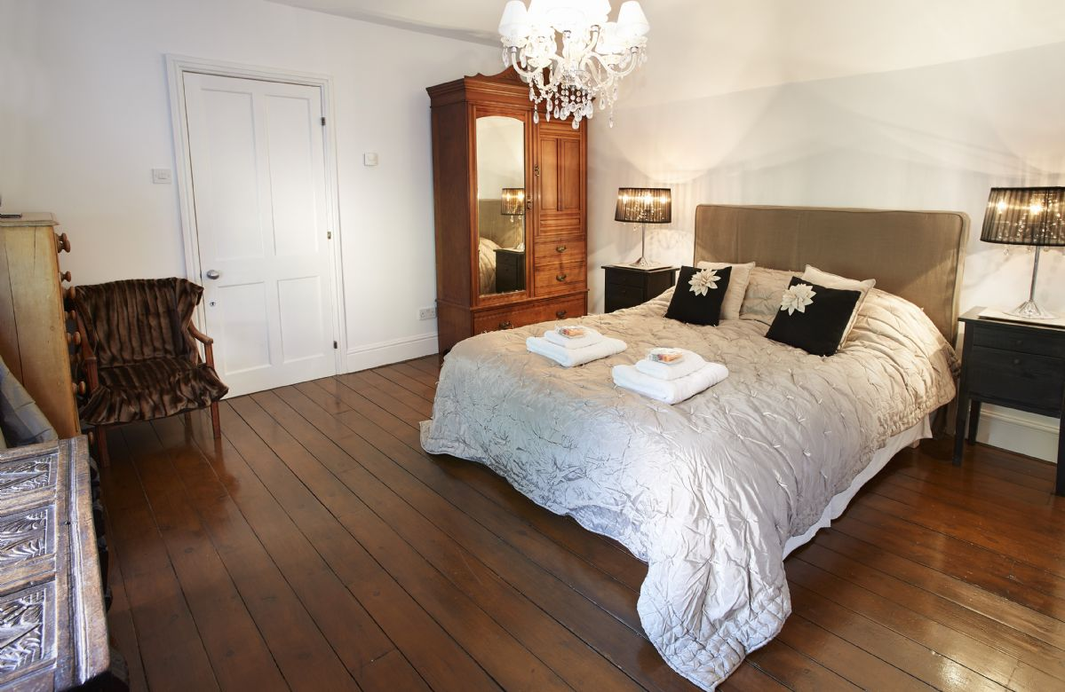 First floor: Chestnut bedroom with king-size bed leading to annex with en-suite shower and single bedroom