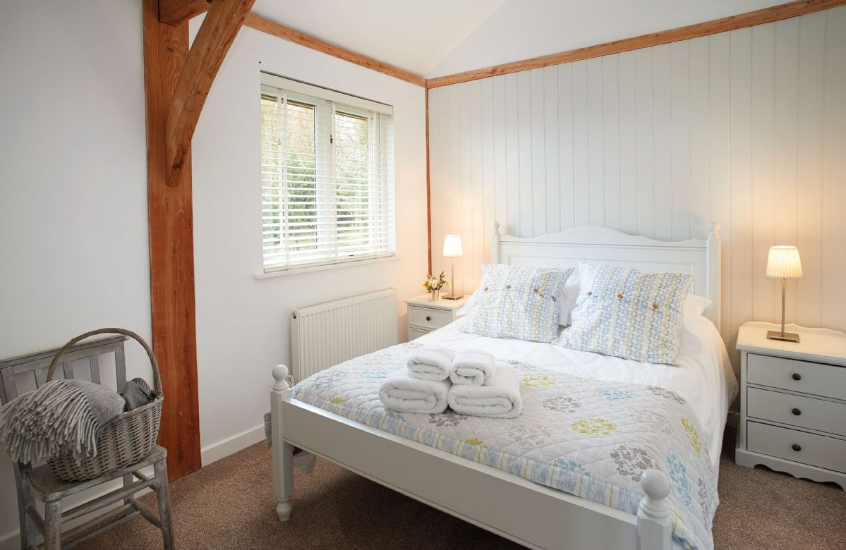 Ground floor:  Double bedroom with 4'6 bed