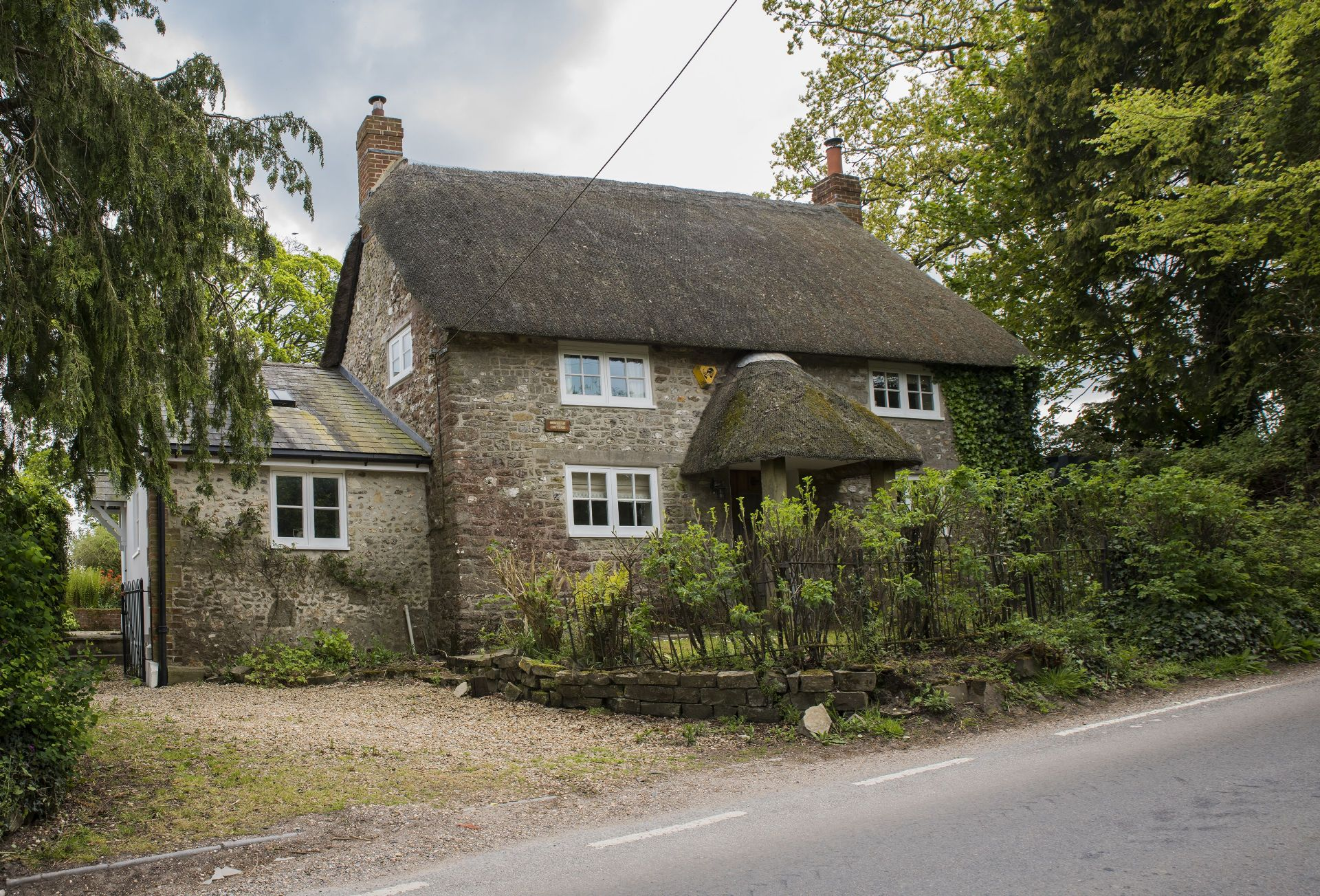 Benville Cottage is a pretty thatched cottage dating from the 17th century
