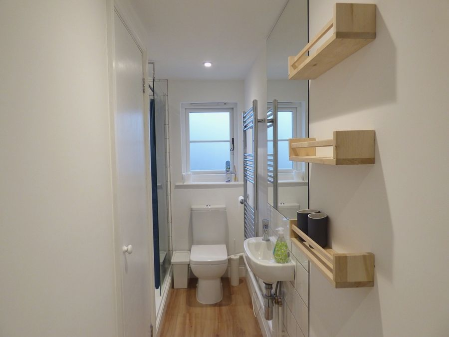 The Hideaway, Docking | Shower room