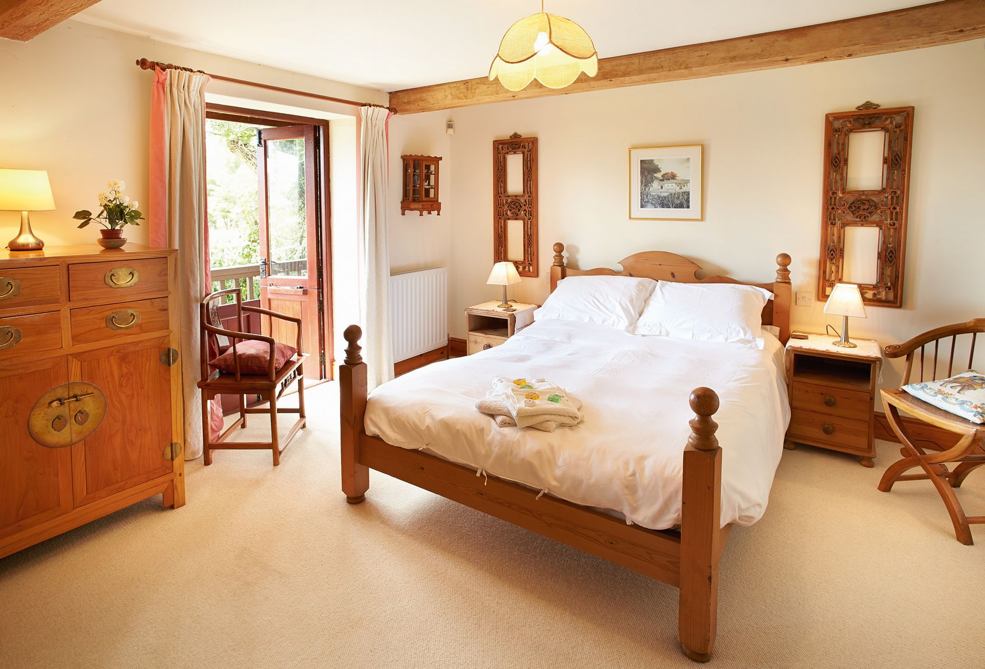 Ground floor: Master bedroom with king-size 5' bed and en-suite bathroom with shower