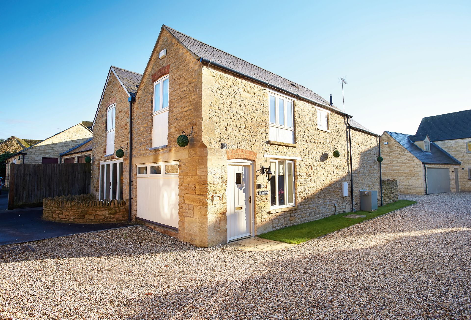The Old Bakery with accommodation for six guests is a converted, period beamed detached stone property that lies near the green in the village of Kingham. The village has two highly recommended pubs, The Kingham Plough and The Tollgate Inn