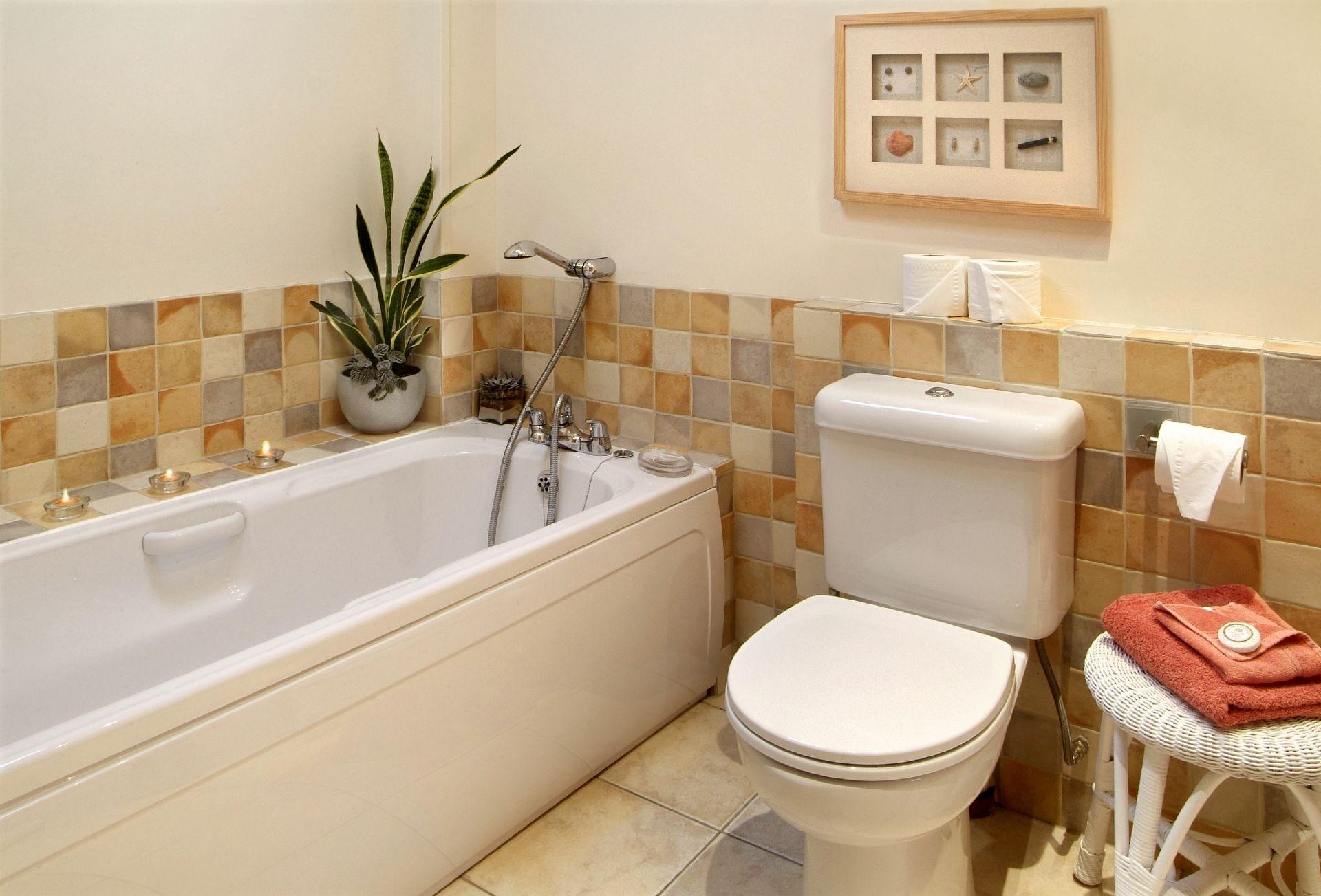 Ground floor: En-suite bathroom with wc
