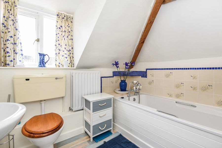 Holland House with Barn | Top floor bathroom