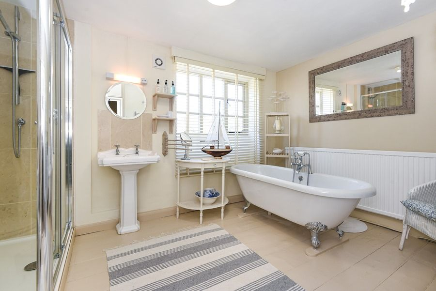 Holland House with Barn | En-suite bathroom