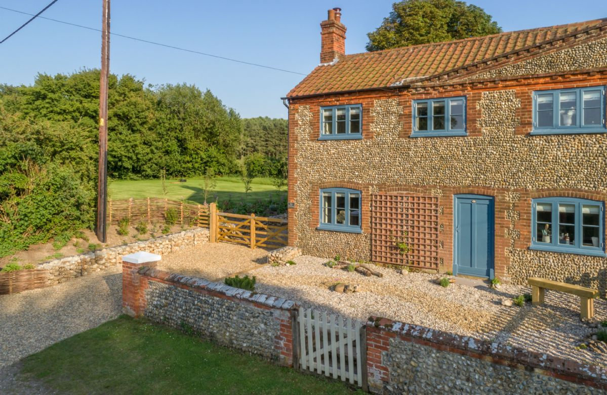 My Dalling is an attractive semi-detached cottage in the peaceful hamlet of Saxlingham