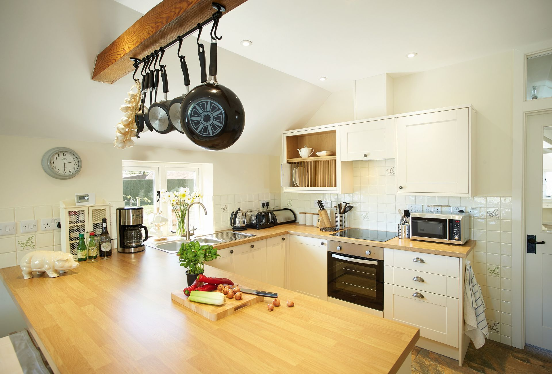 Modern, open plan fully fitted kitchen