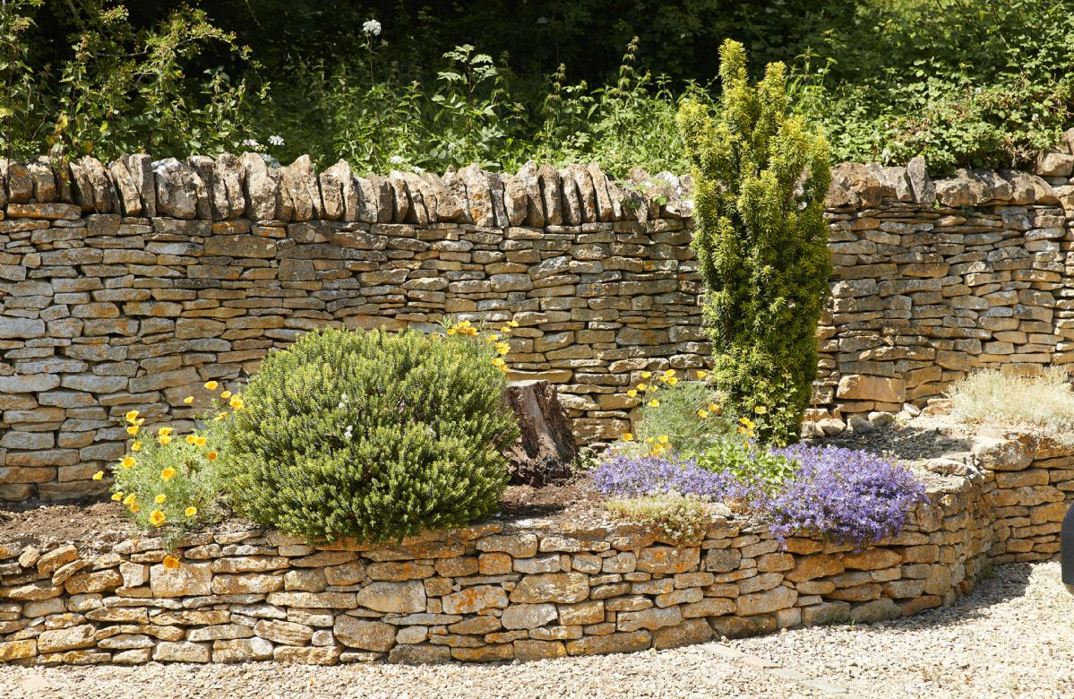 Enjoy the beautiful costwold stone walled borders within the outside space.