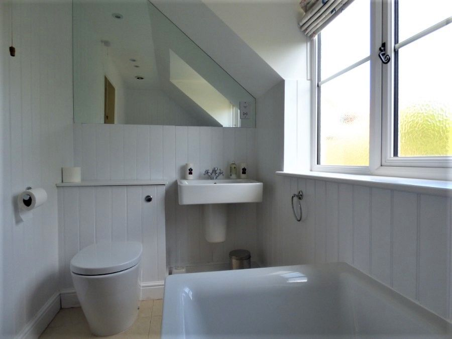 2 Hunts Cottages | En-suite to bedroom 1