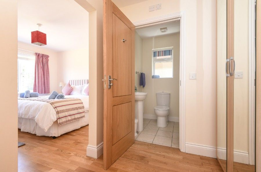 Sea Wood | Downstairs bedroom and en-suite