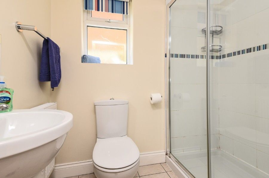 Sea Wood | Downstairs en-suite