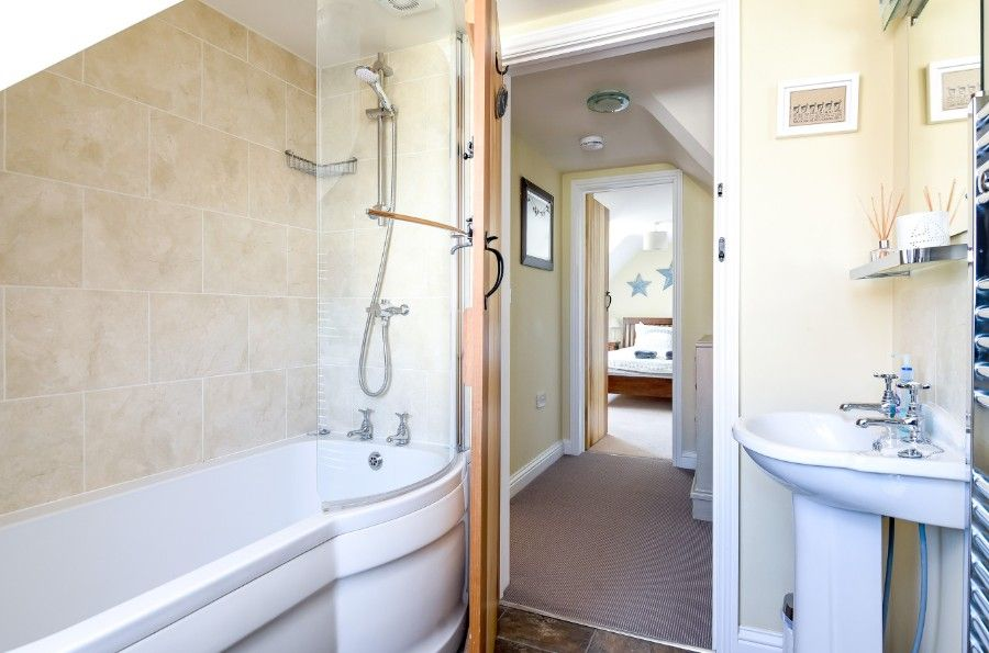 Hare Cottage in Ringstead | Principal bathroom