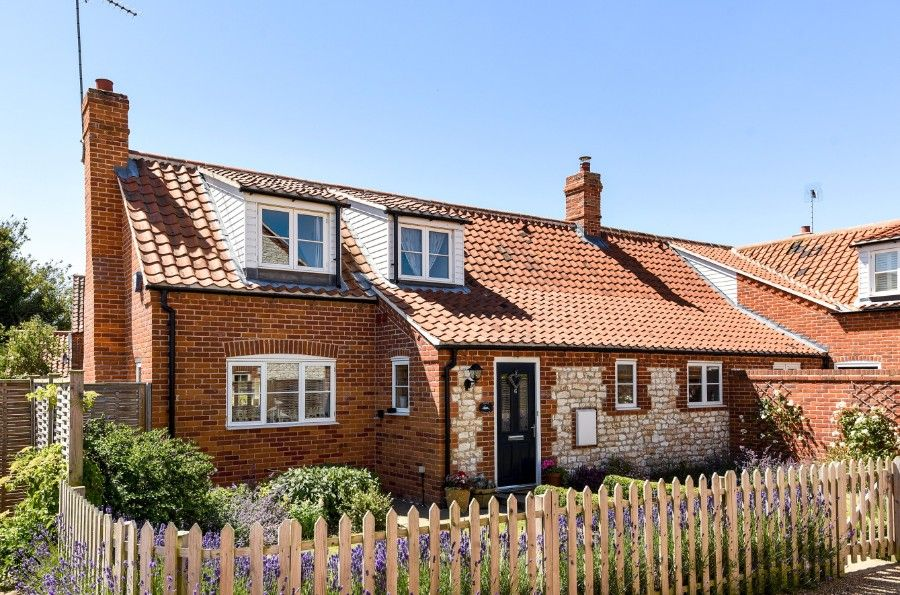 Hare Cottage in Ringstead | Front