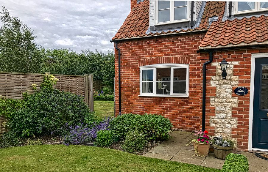 Hare Cottage in Ringstead | Front garden